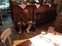 Arthur met hondje in Grieks restaurant Gmund (oostenrijk)