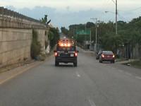 Onder politie escorte