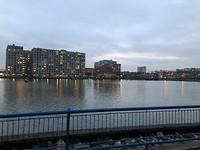 Ons appartementen gebouw paars verlicht, op de achtergrond