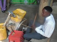 Het drumstel in de Doopsgezinde Kerk van Mukedi