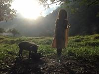 Inheems meisje met varken