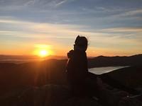 Zonsopgang na een hike naar de top van een berg in het donker