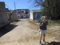 Onderweg bij een verlaten dorp.
