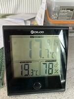 De temperatuur binnen en buiten vanmorgen om 9:14