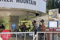 Met de mountain bike de piste op, klaar om down hill te gaan