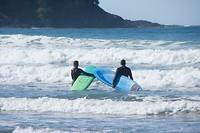 Surfers op Cox Bay