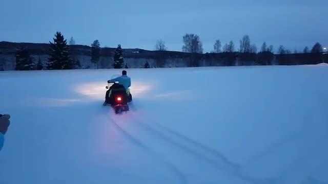 Rondje scheuren in de sneeuw