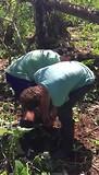 Jesper probeert yukah te oogsten met grote moeite!