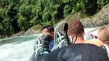 Na de jungle trekking: met bandenvlot de rivier af