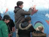 Het schilderen van een 'Education for Peace'-graffiti muur