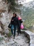 Samira & Cindy overwinnen 't pad langs de rivier..
