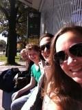 In Zagreb (Kroatië), in het zonnetje wachten op de taxi naar Slovenië