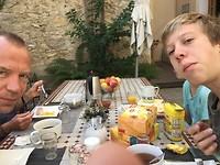 Aan het ontbijt in de tuin bij Palmier o'caché