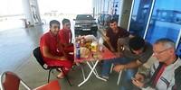 De crew van een benzinestation