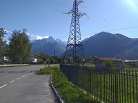 Bij de afslag naar St Moritz komen de hoge Alpen in zicht en schijnt de zon
