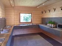 Gloednieuwe afwasruimte wasr een kookplaat, een magnetron en verse kruiden zijn neergezet...