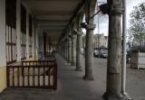 promenade met ingangen naar de kelders onder de huizen / winkels