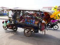 9naar Kratie - omgebouwde tuk-tuk met straathandel