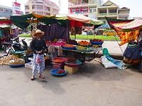 10naar Kratie - veel fruit op de markt