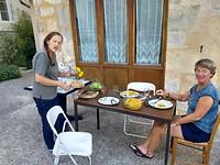 Eten op het pleintje voor de gite in Sorges