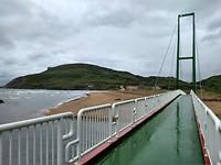Voetbrug naar Pobena