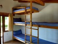 Stapelbedden 3-hoog in de albergue van pater Ernesto