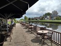 terras bij oude bierbrouwerij aan de Vecht bij Grambergen (mommeriete)