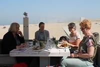 Met de dames pelgrimeren op het strand