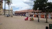 Het dorpsplein in Zipaquira waar de Catedral de Sal in de zoutmijn is aangelegd.