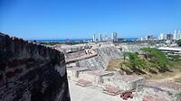 Het gigantisch fort Castillo San Felipe de Barajas met zicht op de skyline en baai van Cartagena.
