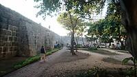 Binnen de ommuurde oude binnenstad die grenst aan de zee.