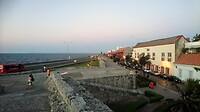 Zicht op de zee vanaf de stadsmuur van de oude binnenstad.