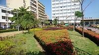 Mooie gazons tussen de betere huizen van de wijk San Diego in Cartagena.