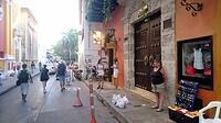 Slenteren door een van de gezellige winkelstraten van Cartagena.