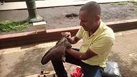 Mijn schoenen worden opgelapt op Plaza Popayan.