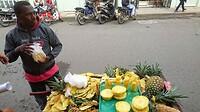 Vers fruit te koop overal in de straat. Ananas gesneden waar je bij staat.