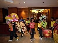 De leeuwen/drakendans in het Le Meridien hotel in Kota Kinabalu.