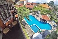Zicht vanaf ons balcon op het zwembad in Adhi Dharma Hotel - Kuta