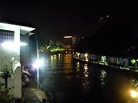 Zicht vanaf onze gezamelijke terras aan het water bij de rivier Sungai Melaka.