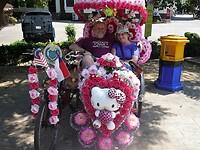 De rijkelijk versierde riksja's en dat op Valentijnsdag, onze 31 jarige trouwdag.