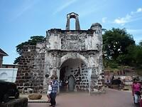 """De toegangspoort van het """"Famosa fort"""" met de naam """"Porto de Santiago""""."""