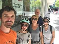 de mountain-bike groep. Let op de bezwete gezichten!