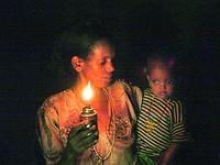 moeder en kind met petroleumlamp