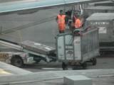 doos gaat in vliegtuig