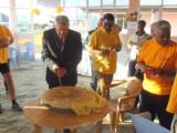 Ambassadeur snijdt feestbrood aan