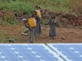 Waterdraagsters bij zonnepanelen van waterpomp