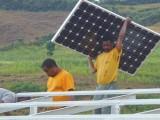 Montage van de zonnepanelen voor de waterpomp