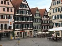 Pieter bewondert de markt in Tübingen