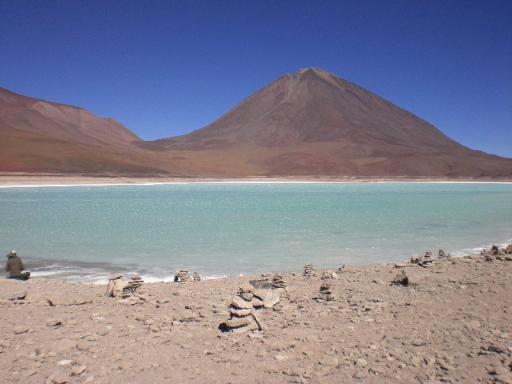 Mooi blauw meertje midden in de woestijn
