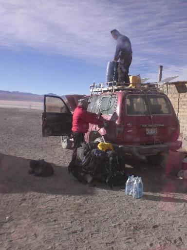 Mario tankt de jeep